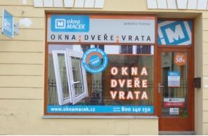 Vstup do pobočky Okna Macek Trutnov